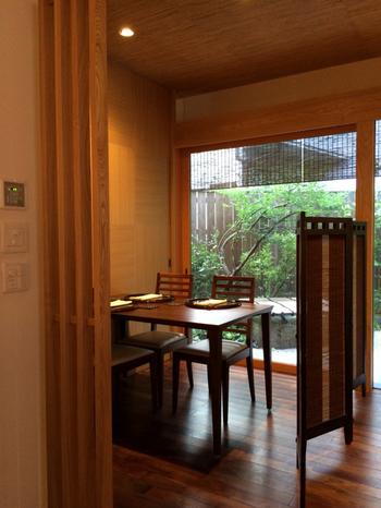 テーブル席からは、丁寧に手入れされた和風の庭を眺めることができますよ。  また、お一人様でも心地よい、カウンター席もあります。
