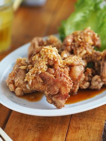 そのままでも美味しい唐揚げですが、油淋鶏のように香味だれをかけるとまたひと味違うひと品になります。チャーハンや他のお肉・お魚にも合うタレで、1週間ほど保存できるので多めに作っておくと便利です。