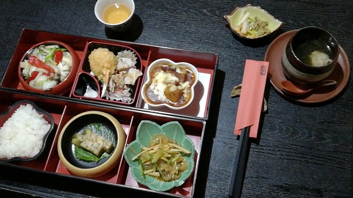 「凛林昼御膳」が人気です。塗りの二段重箱には、色とりどりの季節の食材を使った精進料理が美しく配されています。昼夜ともに、予約制なので、ぜひ訪れる前に手配をしてくださいね。