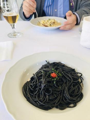 おすすめは、お昼のプリフィックスコース(前菜+選べるパスタ+食後の飲物 など)。  名物料理は、何といってもこちらの「イカ墨のスパゲッティ」。ぜひご賞味くださいね。