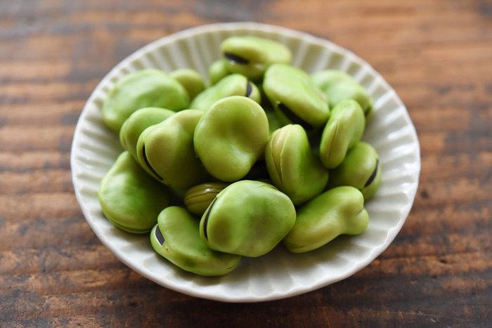 さやが空に向かって育つ「そら豆」は、みどり色が濃く、つややかなものが新鮮です。さやから見て豆が揃っているものを選ぶのがポイント。さやから出して空気に触れると鮮度や風味が落ちやすいので、早めに調理して食べましょう。さやごと冷凍してもOKです。