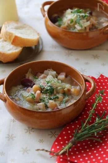 パスタ+サラダのお供には具沢山で栄養満点の「ベーコンキャベツとお豆のスープ」をセレクト。たくさん作って朝食のパンのお供にもオススメのレシピです。