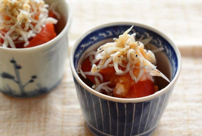炊き込みご飯系の副菜はなるべく味付けが濃すぎず塩分が控えめなものを選びたいところです。「トマトしらすおろし」はしらす自体に塩味があるので味付けも控えめでOK。しらすとオリーブオイルは相性も良く箸休めにもぴったりなレシピです。