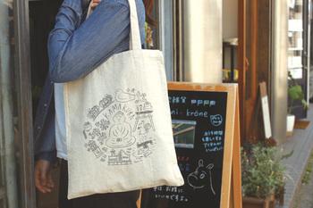 イラストレーター・樋口たつのさんとのコラボアイテムで、鎌倉バージョンも用意されています。大容量のバッグなので、折りたたんでカバンに忍ばせておけば、便利に活用できそうです。