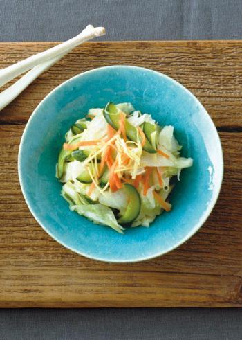 塩、生姜、こんぶ茶だけで作る旬のキャベツをはじめとする野菜の旨味をぐっと引き出した「キャベツと香味野菜の即席浅漬け」は箸休めにもなり、日持ちもするのであと一品欲しい時に便利です。