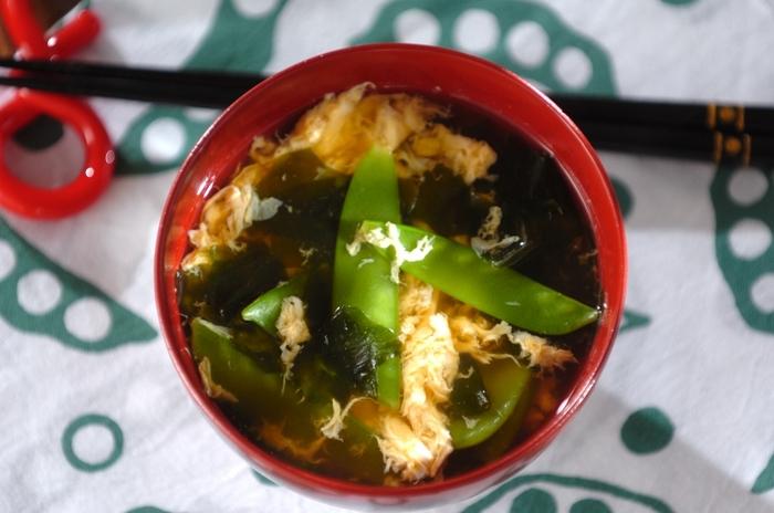 野菜たっぷり回鍋肉の副菜にはホッと一息「絹さやのかきたま汁」を。黄色と緑のコントラストも美しい一品です。