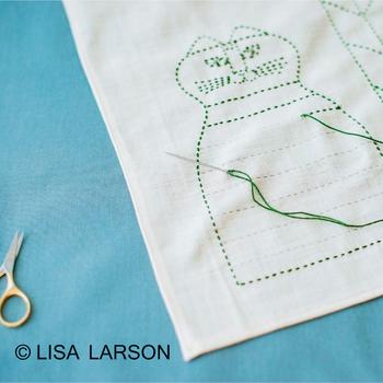 スウェーデンを代表する陶芸家『リサ・ラーソン』とコラボで生まれたキットもあります。日本の伝統的な「刺し子」の技法で、ちくちくと刺しゅうをしていくと、ここでしか手に入らないフリークロスの完成。イラスト図案が印刷されているので、糸でなぞっていくだけです。しかも図案は洗うと消えるそう。40cm角なのでお弁当包みやランチョンマットにちょうど良さそうです。 (目安時間:1セット約4時間)