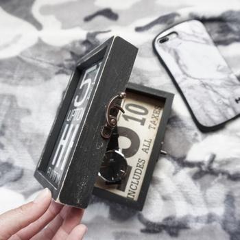 両面写真立てをリメイクしたとは思えない、おしゃれなミニショーケース。中に入れるポストカードで雰囲気が変わります。腕時計やアクセサリーの収納にぴったりですね。