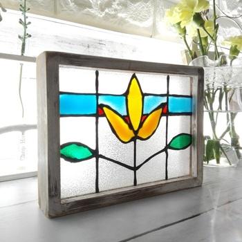 時間が経つと透明になる、ガラス絵具を使ってステンドグラスを作ってみませんか? 写真立てのガラスに目隠しシートを貼れば、すりガラス風に。窓辺に飾れば光が透けて、立派なインテリアになります。