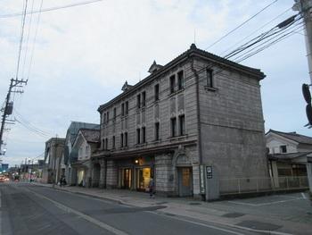 西洋風の外観が大正レトロな「白木屋漆器店」は、創業300年を超える会津塗のお店で、会津若松市の歴史的景観指定建造物にも登録されています。古典的な漆器だけでなく、現代風のアクセサリーなど約1,000点を展示販売しています。