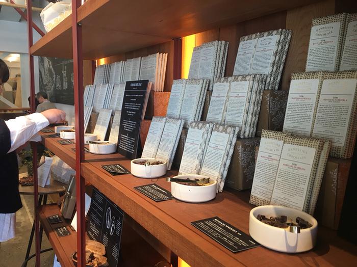 数あるBean to Bar専門店の中でも人気の「ダンデライオン・チョコレート」。蔵前にあるお店は、日本第1号店として2016年2月にオープンしました。1階はチョコレートファクトリーとスタンド、2階はカフェとワークショップスペースを併設したファクトリーになっています。
