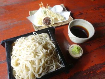 こちらは、人気の天せいろ。薄くカラリと揚がった天ぷら。蕎麦はコシの強い、二八そばだそうです。  そばの他に、季節の焼き物や煮物、天ぷらや刺し身などの、一品料理もありますよ。  また、庭園内には、この本館の他に甘味処「露庵」もあるので、抹茶やお汁粉を楽しんでも。