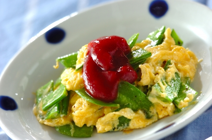 赤緑黄色と彩りもよく華やかな気分になれる「キヌサヤの卵炒め」は後一品欲しい時やお弁当にもぴったり!