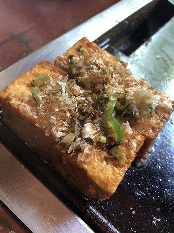 鉄板焼きの人気メニューは、「豆腐焼き」。醤油で香ばしく焼いた豆腐を、のばして焼いた卵で包んで、いただきます。