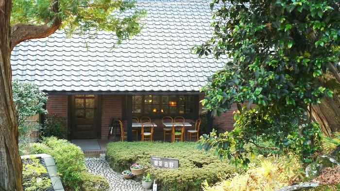 東慶寺の脇にある「喫茶 吉野 」をご紹介します。緑に囲まれていて、静かな雰囲気を感じます。