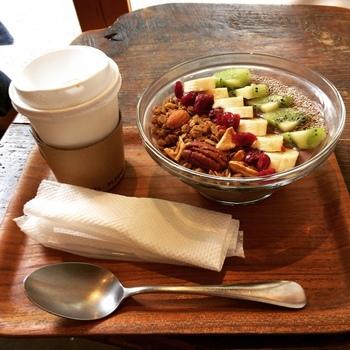 マルゴデリ エビスでは、ドリンクのほかにカフェメニューも。こちらも食材にこだわった、体に優しいメニューが揃っています。動物性食品や添加物を使わないヴィーガンソフトアイスクリームもこれからの季節に人気です。