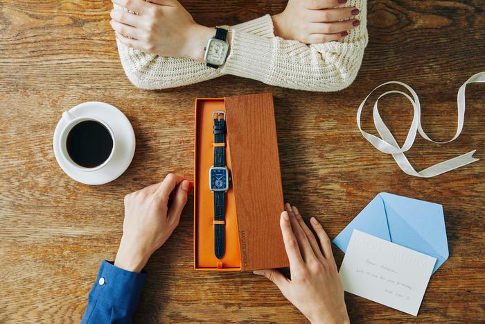 二人で一緒に時を刻むなら『マスターワークス』がおすすめ。ユニセックスで使える腕時計だからこそ、パートナーと共有したり、色違いでお揃いに持ったりすることができるのも良いですね。