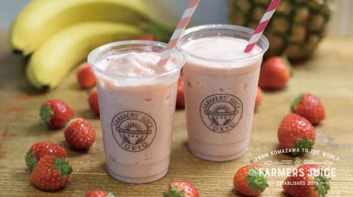 たっぷりのいちごを使った甘熟いちごとミルクのスムージーは、パイナップルやヨーグルトとブレンドされた人気のスムージー。美味しいだけでなく、いちごに期待されている美容効果も人気のひみつです。