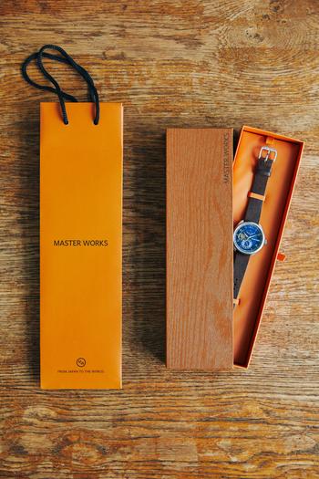 もちろん、腕時計の贈り物としても最適。大人オレンジのカラーが素敵な専用BOXに入っているので、箱を開けるときの高揚感をさらに高めてくれます。センスが良い人に見せてくれるショッパーも嬉しいポイント。