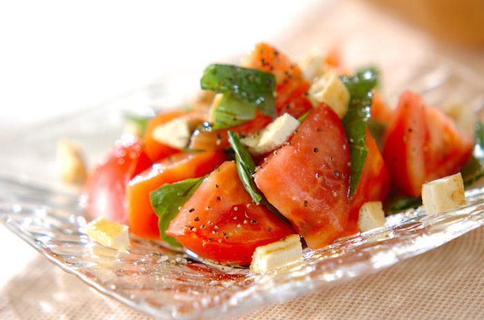 トマトとバジルでつくる、シンプルながら王道のサラダレシピ。オリーブオイルをたっぷり使えば、リコピンもたっぷり吸収できそうですね。