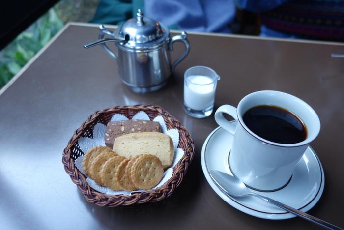 """""""鎌倉""""の楽しみ方、味わい方は様々。つい後回しにしがちなお食事ですが、これもまた、鎌倉を訪れたくなる大きな魅力です。  紹介したお店に足を運ぶのなら、食事の味わいだけでなく、ぜひ""""鎌倉""""ならではの風情や雰囲気も十分に愉しんで、心も体も満たされてみてくださいね。  ※画像は「喫茶 吉野」店内にて。"""