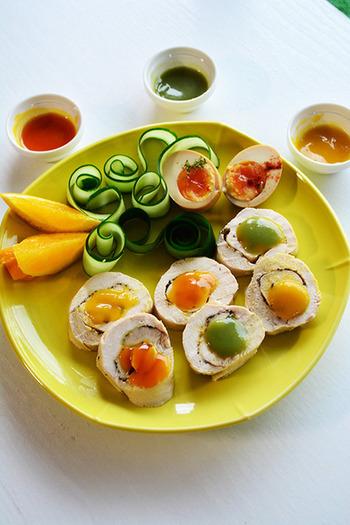 鶏ハムは真っ白で綺麗なので、色鮮やかなソースや野菜がとっても映えます。組み合わせ次第で、芸術的な一品に。