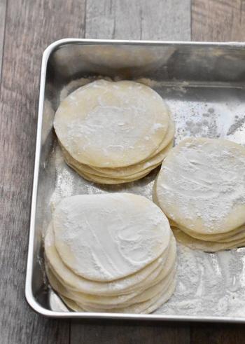 強力粉、薄力粉、そして熱湯だけでもっちりパリッと美味しい餃子を作ることができます。できたてはモチモチなので餡を入れて包む際もお水などは使いません。本格的な餃子を楽しむなら皮も自家製がオススメですよ!