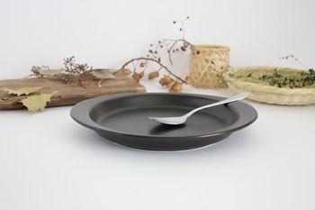 一般的なスプーンよりくぼみが浅いので、ご飯をすくいやすく、口に入れやすい形状になっています。先端部の平たく仕上げた形状は、大き目の具材をカットするのにも便利です。