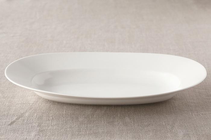 ほっそりした楕円形で、太めに入ったリムが特長の「オーバルプレート」。料理をさりげなく盛り付けただけで、一気におもてなしの食卓に変わります。