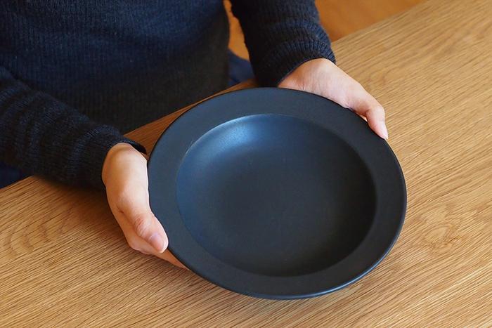 美濃焼の伝統技と現代的なエッセンスを織り交ぜた器づくりを手掛ける「SAKUZAN(サクザン)」のボウル。幅広のリムに、マットでしっとりとした手触りのミニマムな佇まいが素敵な器です。
