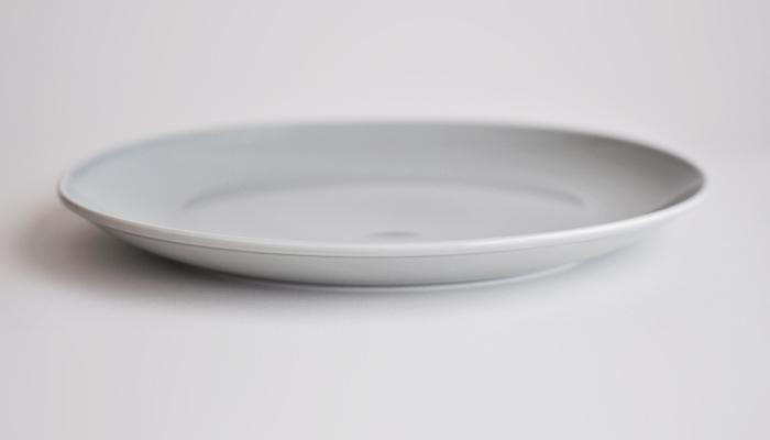 カラーバリエーションは、ホワイト、イエロー、ネイビーに加えて写真のグレーの4色。シンプルなデザインにベーシックな色使いで、どんな料理にもマッチします。楕円形だから、ワンプレートランチに使いやすいですね。