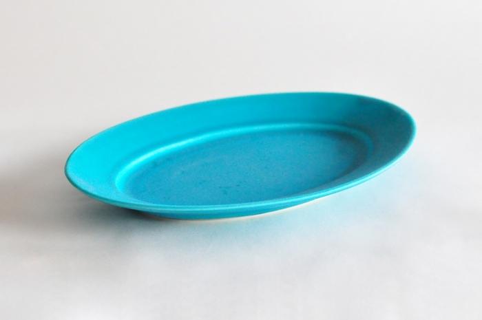 ぱっと目を引く鮮やかなナイルブルーは、料理を明るくおいしそうに見せてくれます。食卓にあるだけで涼しげでスタイリッシュな印象に。幅28cmと大きめなので、パスタ、サラダ、ワンプレートまで、色々と使い回しができる一枚です。