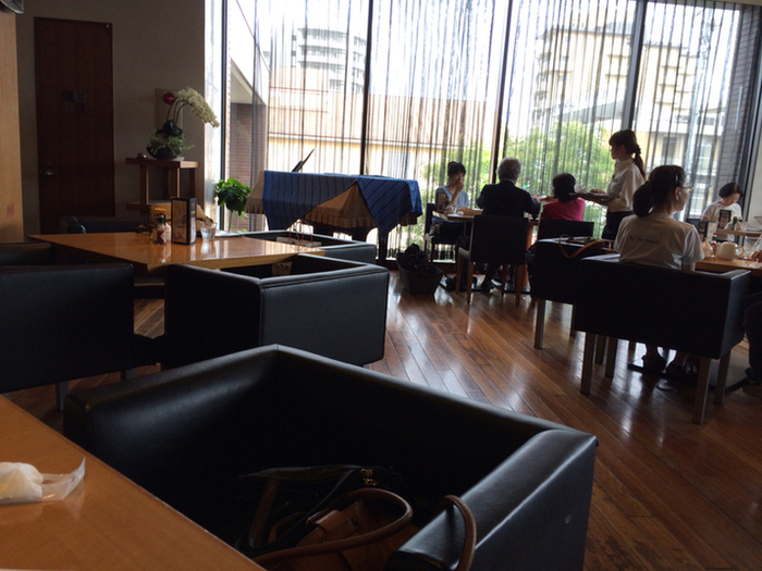 京都・右京区にある本店に併設されたカフェの店内は、天井が高く上質の居心地。パスタやサンドウィッチなどの食事や、焼き菓子や生菓子を楽しむことができます。