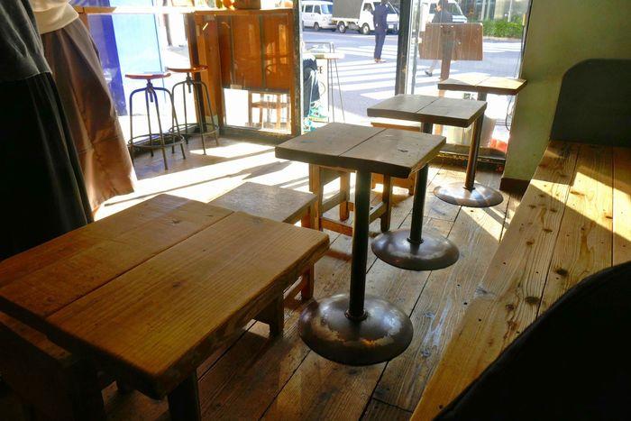 店内にはカウンター、テーブル4席のカフェスペースがあるので、ゆっくり座っていただくこともできます。