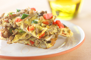 キノコたっぷりでつくるスペイン風オムレツ。朝食はもちろん、夜遅くなった日の軽めの食事にもおすすめ。手軽に作れて、カロリーも控えめ、ボリュームたっぷりの一品です。