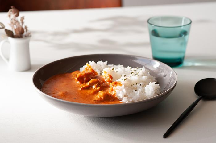 パスタはもちろん、カレーライスや炒飯、煮物やサラダにもオールマイティーに使えるお皿。料理を引き立てるシンプルさと、丈夫で割れにくく少しくらい手荒に扱っても大丈夫な耐久性から、イタリアでは業務用として本場のシェフに重宝されています。