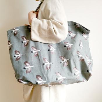 こちらは人気イラストレーター・松尾ミユキさんデザインのエコバッグ。優しいイラストとカラーが大人ファッションにもよく合います。