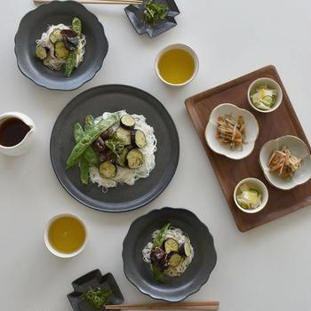大皿・中皿・小皿・豆皿など器には様々な種類がありますが、すべてを同じ形で揃えてしまうと変化のない食卓になってしまいます。 例えば、それぞれのサイズで丸と角を2枚ずつ……とか、大皿は丸にして中皿は角にする、などの方法で変化を出しましょう。
