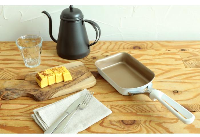 「ずっと使いたくなるフライパン」をコンセプトに掲げる<evercook>の看板シリーズevercook Air(エバークックエア)の玉子焼き器。これまでのものよりも軽量化され、フッ素樹脂のコーティングも強化されています。そのままテーブルに出せるくらい、キュートな見た目です。