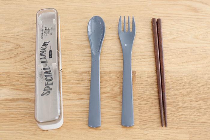 """お弁当派はもちろん、ランチのテイクアウトや外食をする時にもあると便利なのが、""""カトラリーのセット""""。割り箸やプラスチックのスプーン・フォークなどを使わずに済むので、エコにつながります。"""