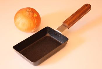 フライパンのサイズは、スタンダードな「角」と、卵1個にぴったりな「角小」、オムレツ作りに便利な「丸」の3種類。取っ手部分の天然木も、なんだかほっこりしていいですね♪
