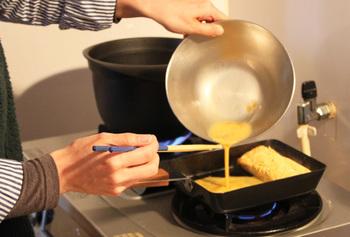 <ambai>の玉子焼き器は、鉄製らしさを存分に楽しめます。特殊加工された鉄の表面には細かい凹凸があり、食材と接する面をバラバラにすることで焦げ付きを予防。この凹凸のおかげで油のなじみもよくなるんです!