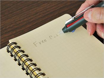 書き間違えた時は、突起の部分で文字をこするだけ。摩擦の熱によってインクが消える仕組みになっているんです。紙の節約になる上、インクの交換もできるところがエコ。作業効率も上がります。