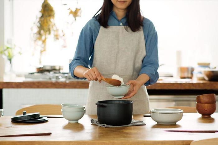 """シンプルで美しいテーブルウェアで支持されている「KINTO(キントー)」。中でも""""KAKOMI(カコミ)""""シリーズは、調理する人も食べる人も幸せになれるような、シンプルで使い心地の良いデザイン。炊飯土鍋は、遠赤外線効果でいつものご飯もふっくら美味しく炊き上がります。そのままテーブルの上に並べてもおしゃれなデザインが◎"""