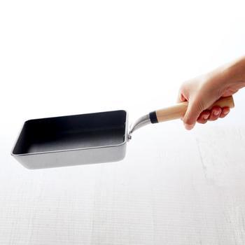 お手入れはとても簡単ですが、何でもOKというわけではありません。表面のコーティングを傷付けてしまうので、金たわしなど傷付けやすい素材で洗うのはNG。スポンジなどやわらかいもので、やさしく洗いましょう。同じ理由で空焚きや強火での使用も厳禁!正しく使うことが、長持ちのコツです。