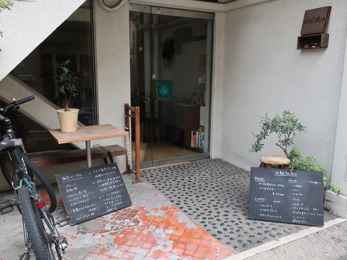 下高井戸駅から徒歩約1分の場所にある『ウララカ』。ベーグルと自然食のお店です。雰囲気もナチュラルで素敵ですよね。