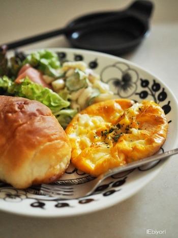 トースターで同時に焼き上げたパンと卵。ささっとマカロニサラダを添えるだけでスピードモーニングプレートの完成です。ブラックパラティッシは上にのせるお料理を選ばないので、朝の忙しいときに重宝するお皿です。