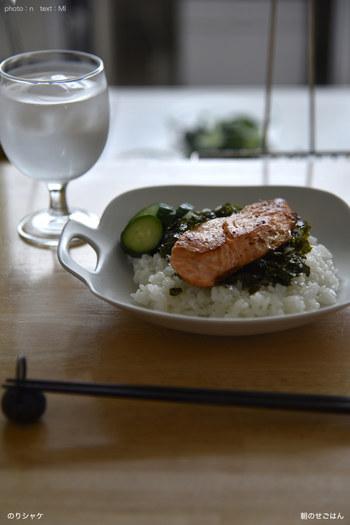 和風ご飯の定番、鮭と海苔も大胆にのっけごはんでアレンジできます。きゅうりのお漬物を添えてあげると、色味のバランスもぐっと良くなります。