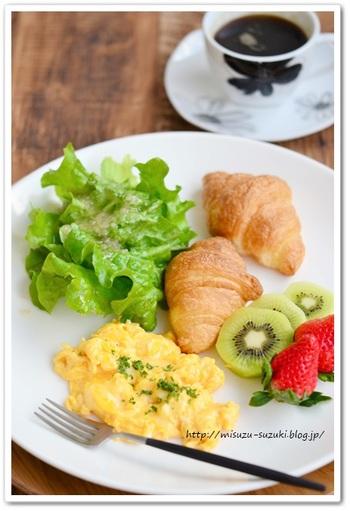 スクランブルエッグにはちょっぴりでもパセリやバジルなどのグリーンを振りかけてあげると、ぐんと見栄えがよくなります。粗めのハーブミックスソルトなどでも美味しくできます。