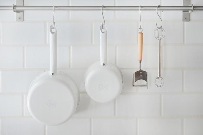 ホーローとは、鉄やアルミニウムなどの金属素材の表面にガラスの釉薬を高温で焼き付けた素材のことです。中の素材の良さはそのままに、強度や耐食性といったガラスの良さも取り入れたホーローは色合いも可愛く、キッチンでもキュートな存在感を放ちます。